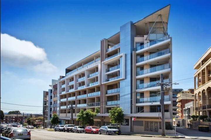 New & Spacious room in a sunny apt, Great Location - Kogarah