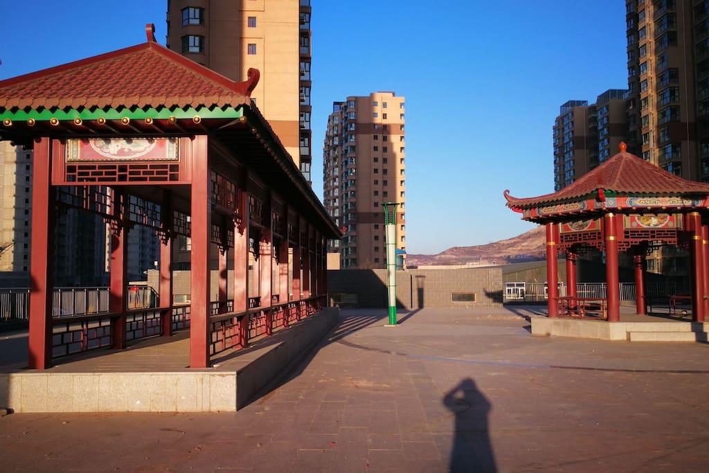 小区内的古典长廊和亭台是很好的纳凉之地。