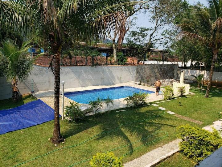 Chalé Boiçucanga, 6 pessoas, piscina em condomínio