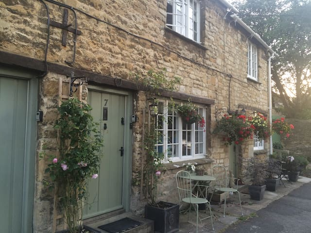 Pretty room in C17th Chocolate Box Burford Cottage