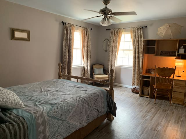 Comfy Bedroom #2 in Cartersville Hostel Exit 290