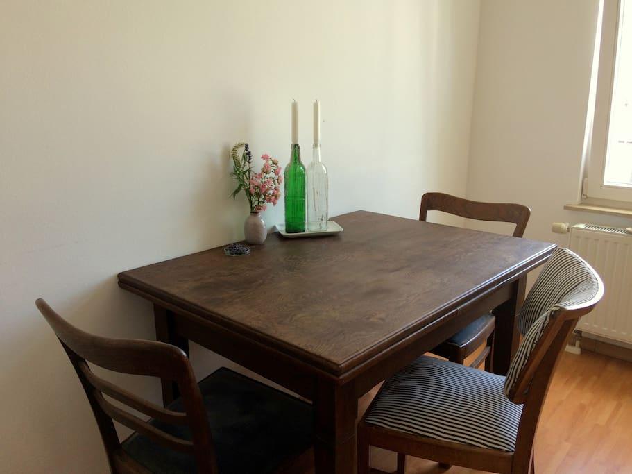 Küche. Der ausziehbare Tisch bietet ausreichend Platz für alle Leckereien. // kitchen. the extendible table offers enough space for delicous meals.