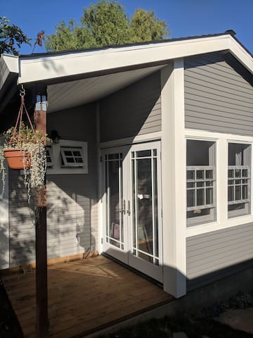 Garden Guest Cottage in Sunny Oakland