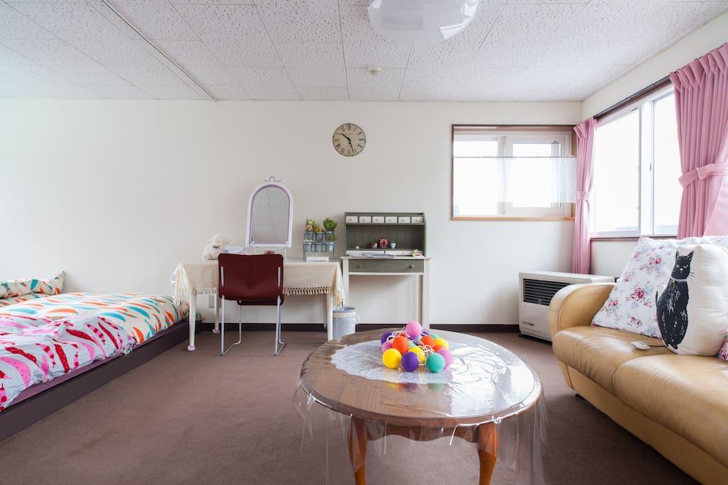 広いリビングルームと大きな手作りのドレッサー。