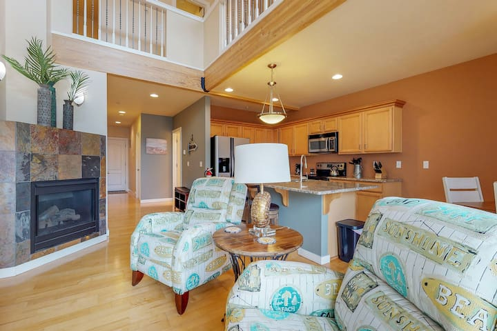 Dog-friendly Nye Beach condo with peeks of the nearby ocean!