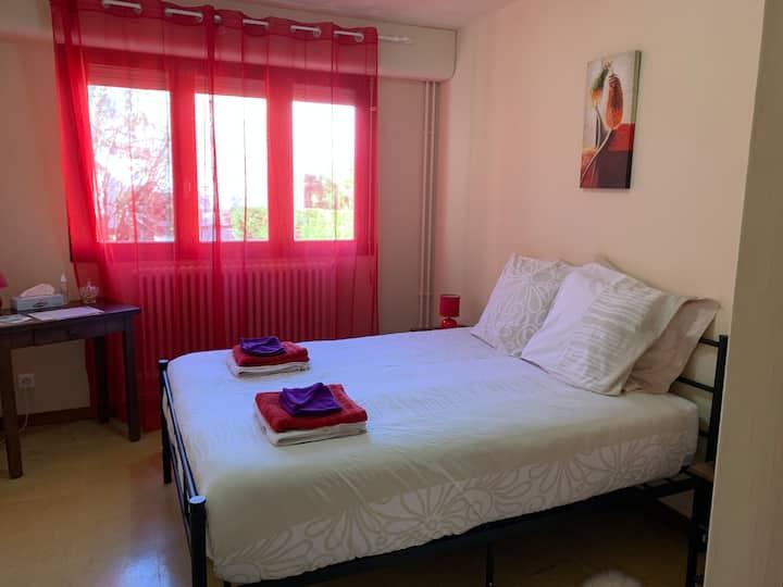 Confortable chambre double au coeur de LOURDES