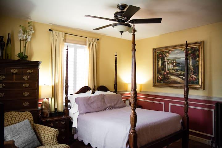 Williamsburg Manor - Palace Chamber Yellow Room