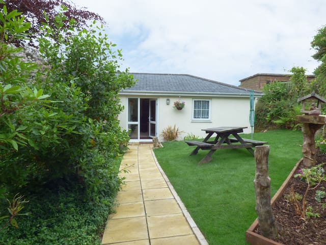 HUNTERS LODGE, pet friendly, with a garden in Lanner, Ref 957338
