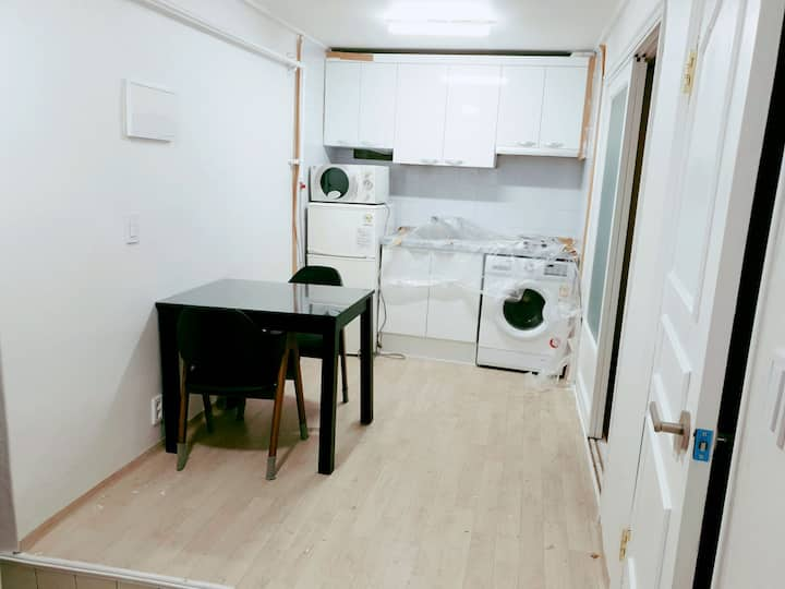 Warm and cozy 2 bedrooms at semi basement-2min HY