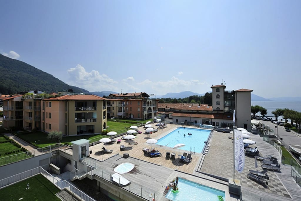 Directly on the lake and with a huge communal pool