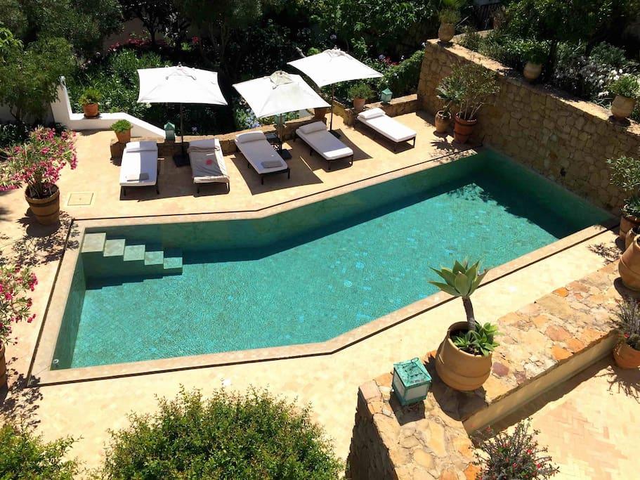 VILLA AL AÏN : piscine et solarium