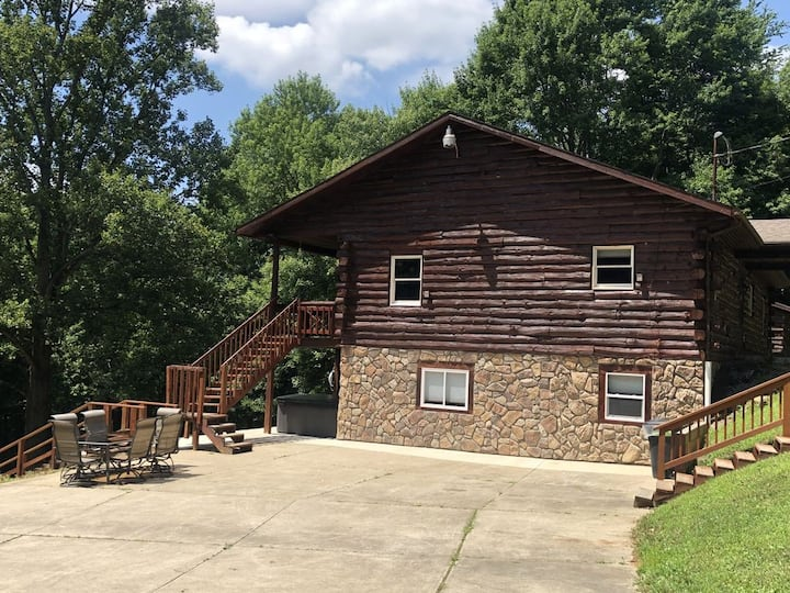 Deerwood Cabin - 5 Bedroom Cabin - Sleeps 20