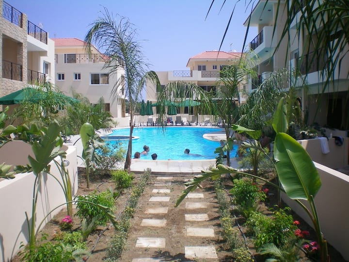 104 - Elegant 2 bed apartment with AC, pool & gym