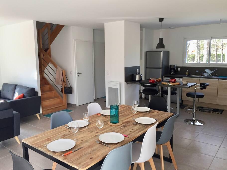 Une grande salle à manger conviviale dans la pièce à vivre du rez-de-chaussée