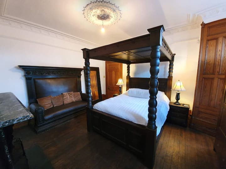 The King Room, spacious room in charming house.