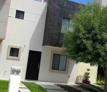 Hermosa Casa en Rincones del Marques.