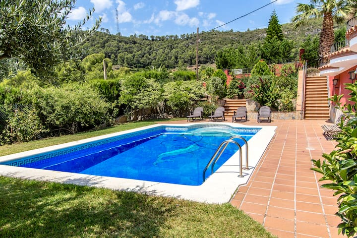 Fantastic 6-bedroom villa in Torrelles for 12 people, just 15km from Barcelona and the Mediterranean
