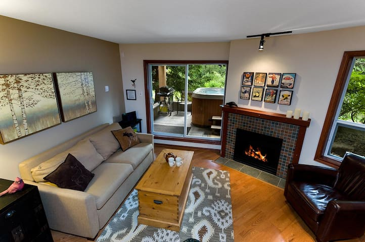 119 Glaciers Reach a 2br with hot tub & pool in Whistler Village