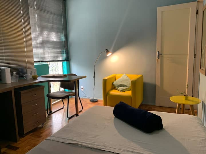 LINDO quarto com entrada privativa, TV e varanda
