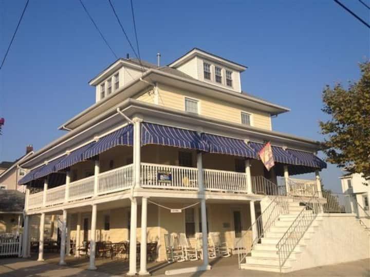 7 Bedroom HUGE porch (2 blocks to beach/boardwalk)