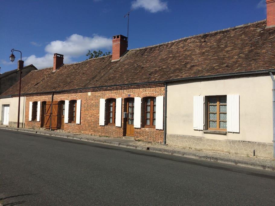 La maison dans toute sa longueur, vue côté village (tout cet espace est à votre disposition).