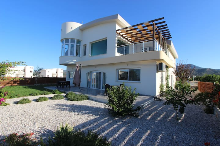 Stunning villa,Mountain & Sea Views.(Area TATLISU)