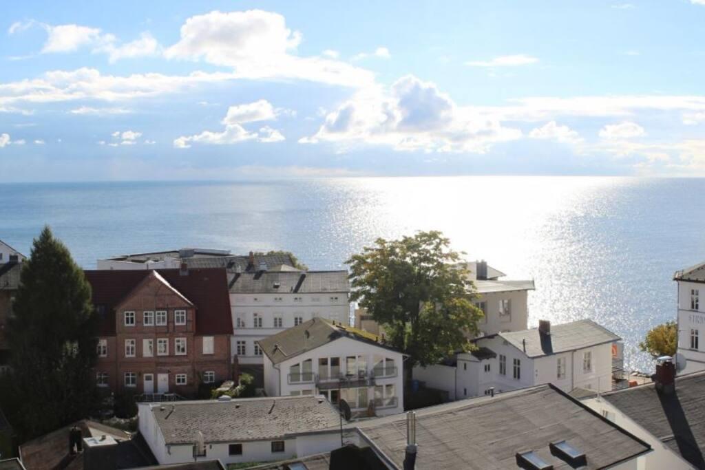 Blick vom geschlossenen Ostbalkon auf die Ostsee