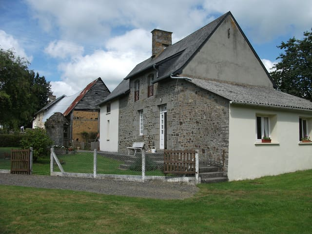 relaxing friendly rural retreat. - Saint-Georges-de-Livoye - House