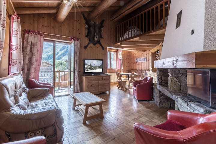 Comfortable apartment in a rustic chalet, right in the heart of the old village, close to the slopes