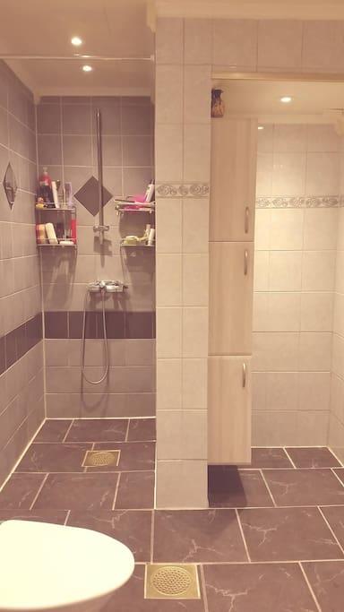 Stort og fint fliselagt bad med vaskemaskin.