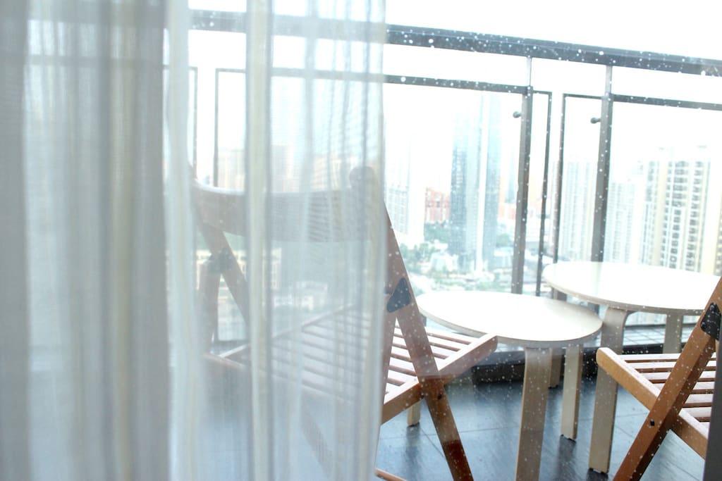 在阳台上一起喝喝茶吧,静看城市喧嚣与繁华