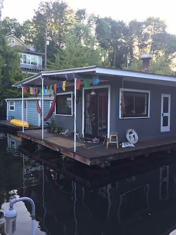 Cozy houseboat in central Seattle