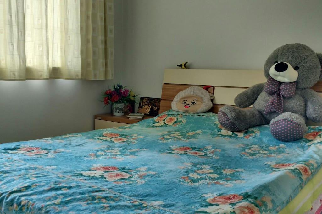 这是大卧室,2*1.8米的大床,这件卧室有一个床头柜和一个四门衣柜,窗户朝北,可以看到乌市最长的路河滩路的霓虹夜景。