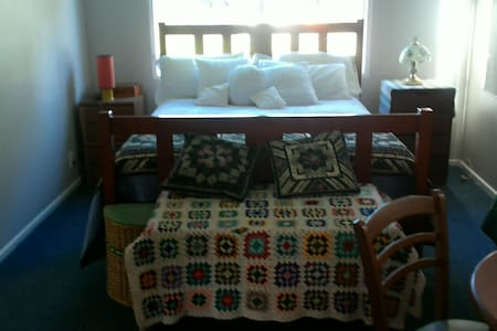 Sunny self contained private bedsit - House