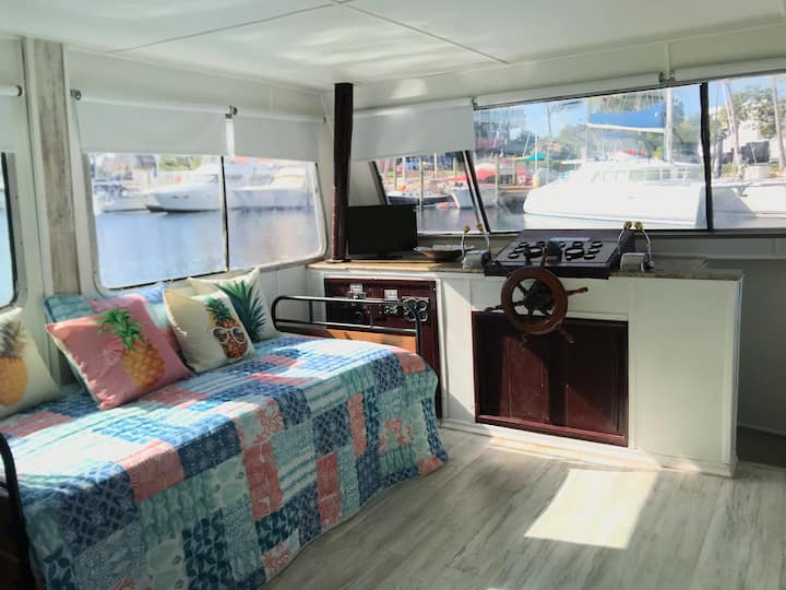Del Valle Vacation Houseboat