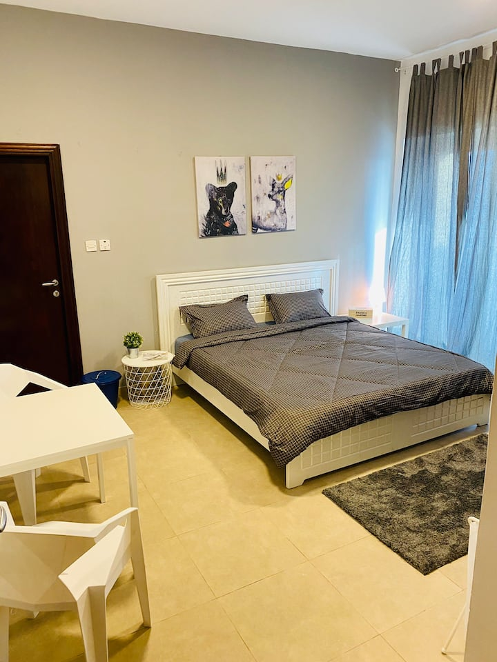 Privat Spacious room with balcony in tecom