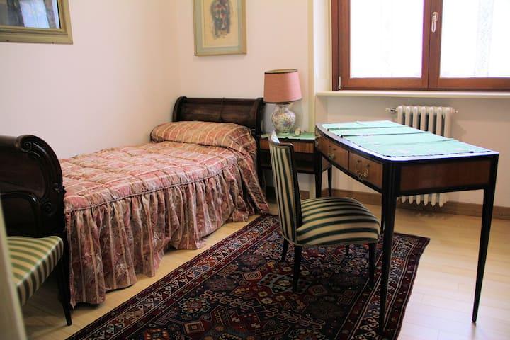 camera singola in villa d'epoca con ampio giardino