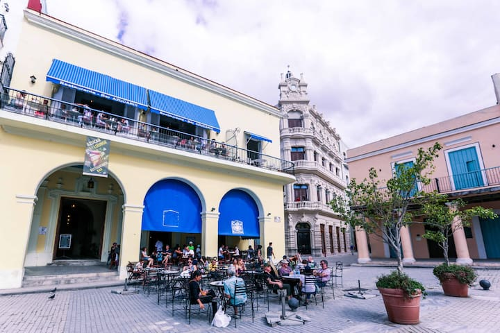 "Building exterior view (from ""Plaza Vieja"") / Vista exterior del edificio"