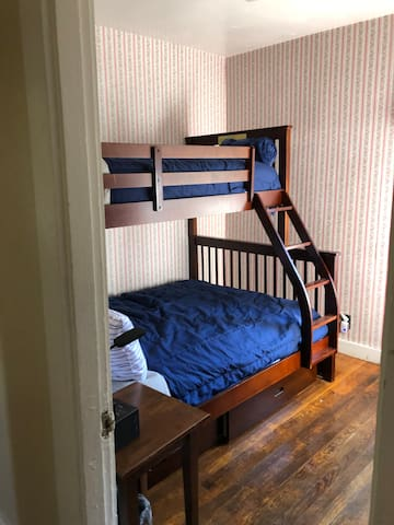 Double /bunk  bed room