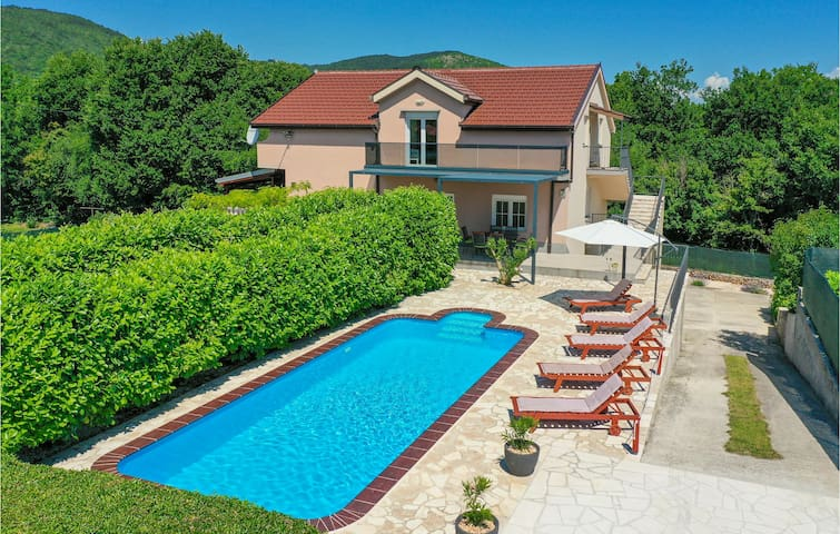 Holiday cottage with 6 bedrooms on 282m² in Krivodol