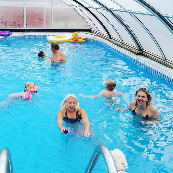 Tillgång till ägarens uppvärmda pool under tak vid överenskommelse