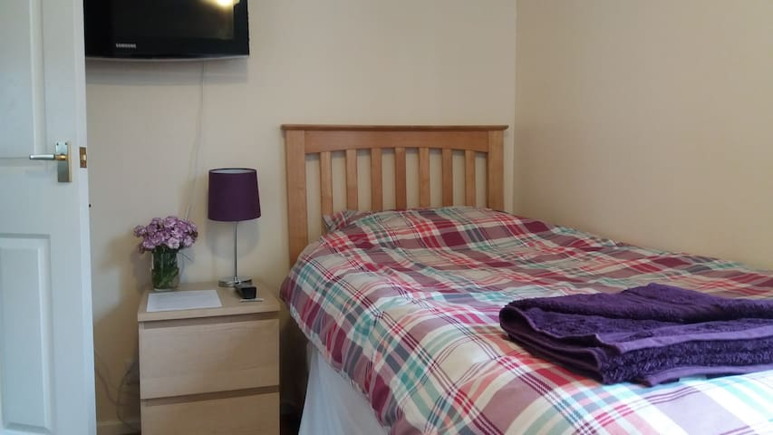 Fresh, clean and snug twin room, 10 mins to City