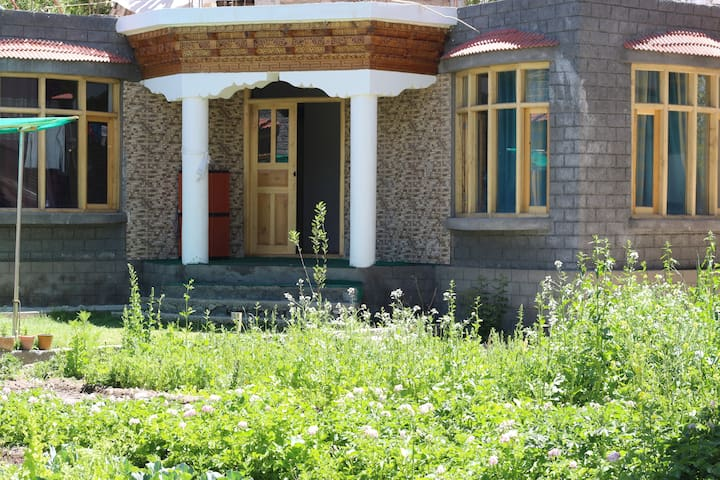 The Fox Guest House (B&B in Leh City-Shenam)