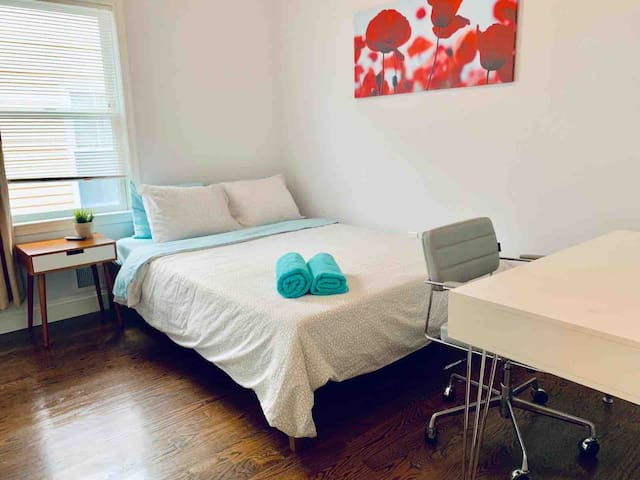 Clean Room with Parking! Quick Bus to Midtown