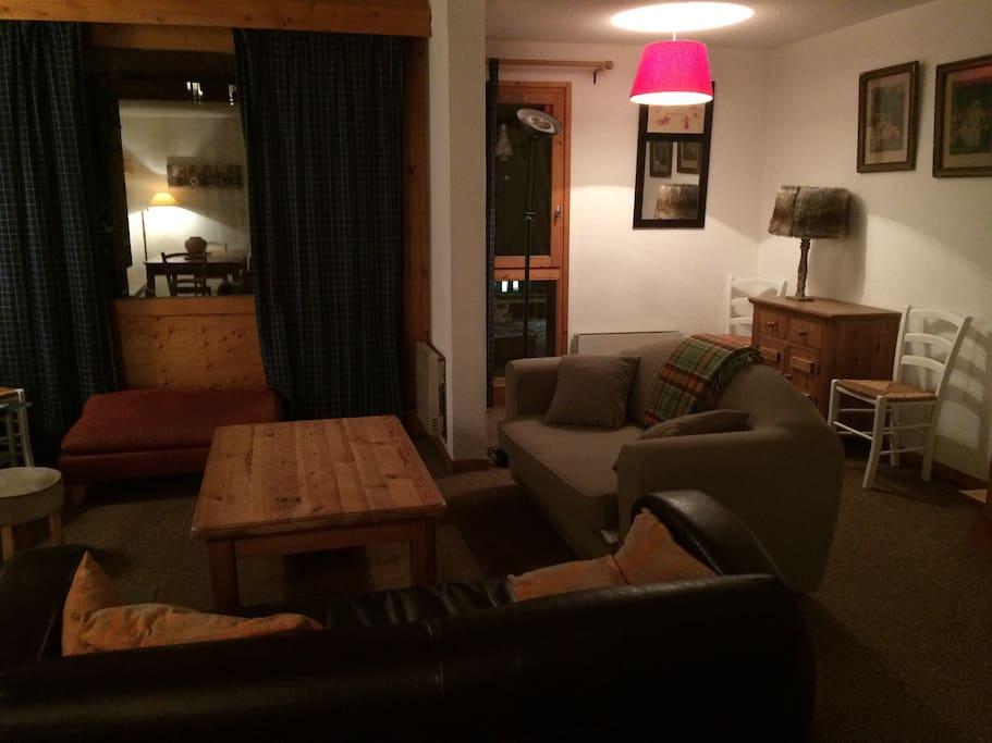 un salon ouvert sur une terrasse avec vue sur la montagne