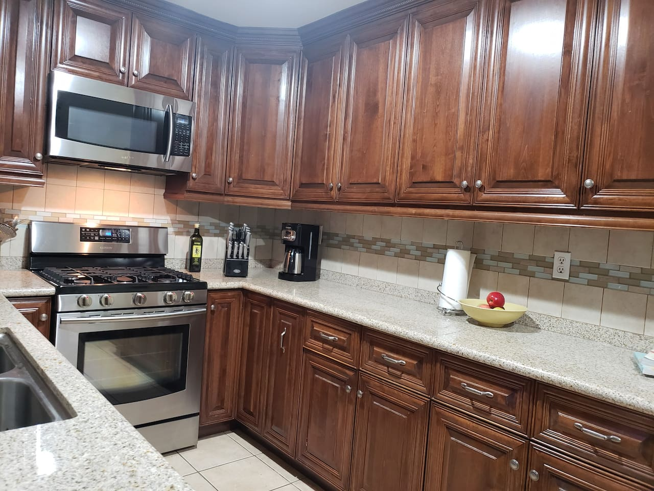 Spacious, functional kitchen. Well-equipped with stainless steel appliances, cooking utensils such as pans, toaster and coffee maker.