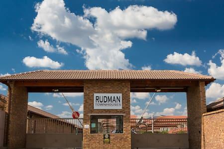 Rudman Townhouses Unit F7 - Боксбург - Квартира