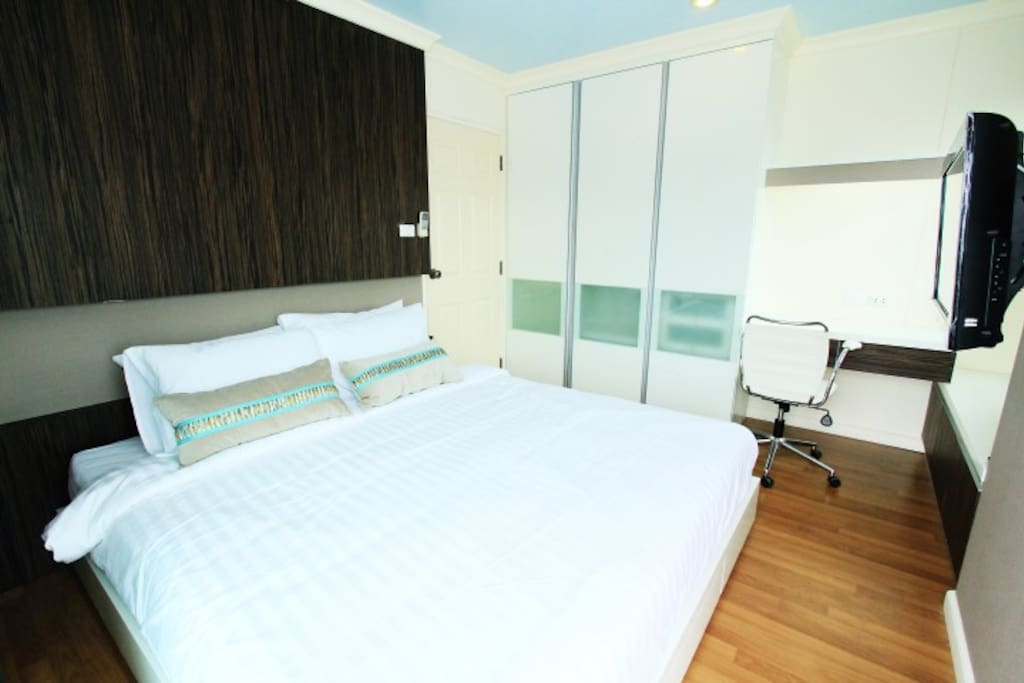 Bedroom 1 with City View (King size 180*200 CM bed)