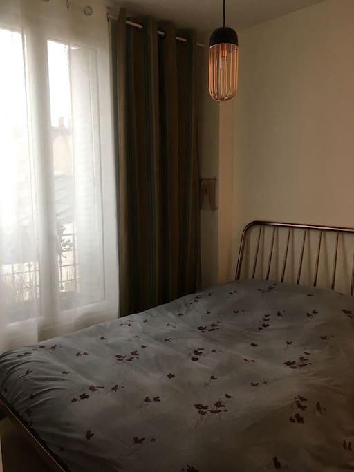 chambre avec sa douche attenante. Lit 140x200