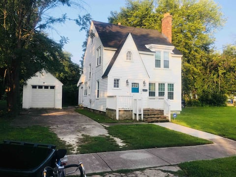 Historic downtown 2 bedroom home near colleges